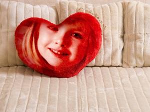 kanepe-uzerinde-kalpli-yastik-resmi-yapma